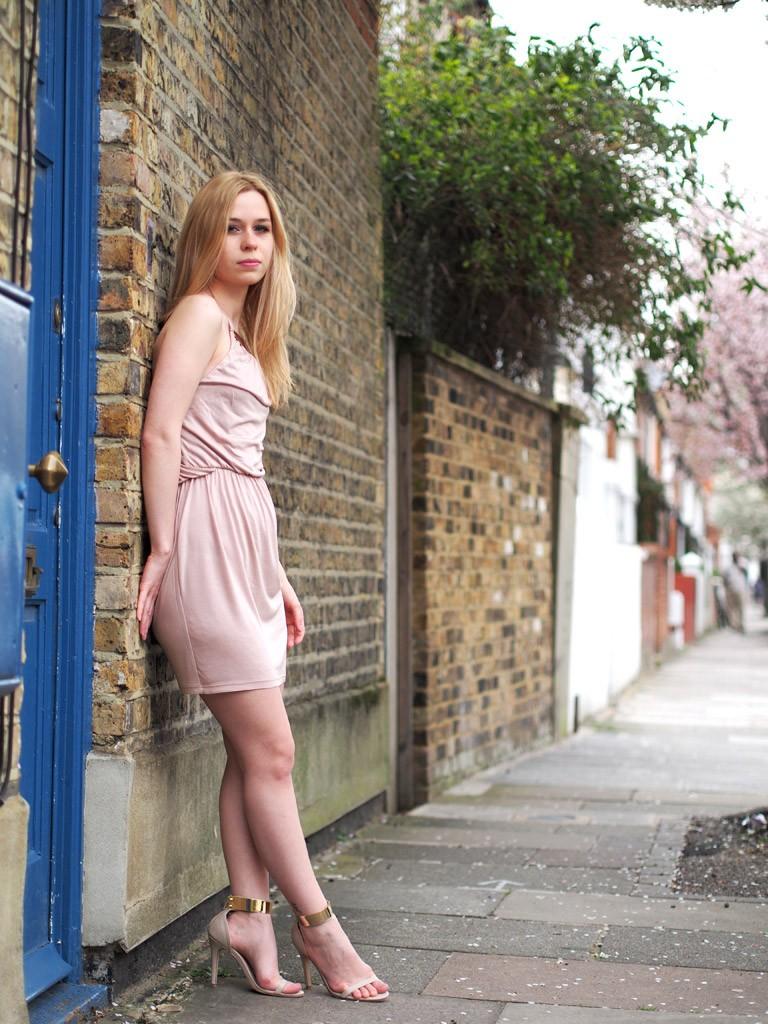 фото девушки в нежно бежевом платье