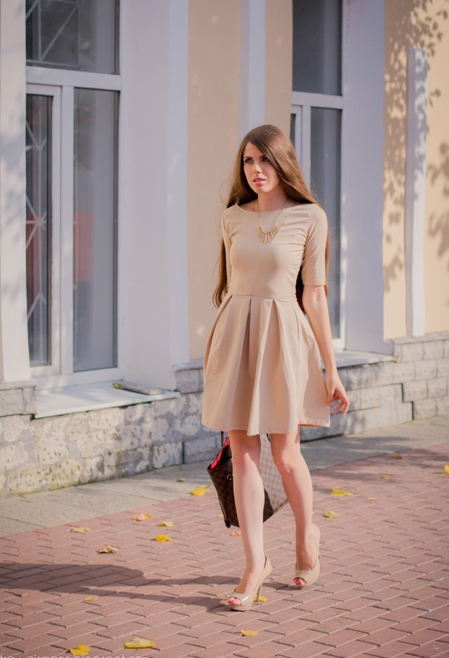 Бежевое платье с завышенной талией