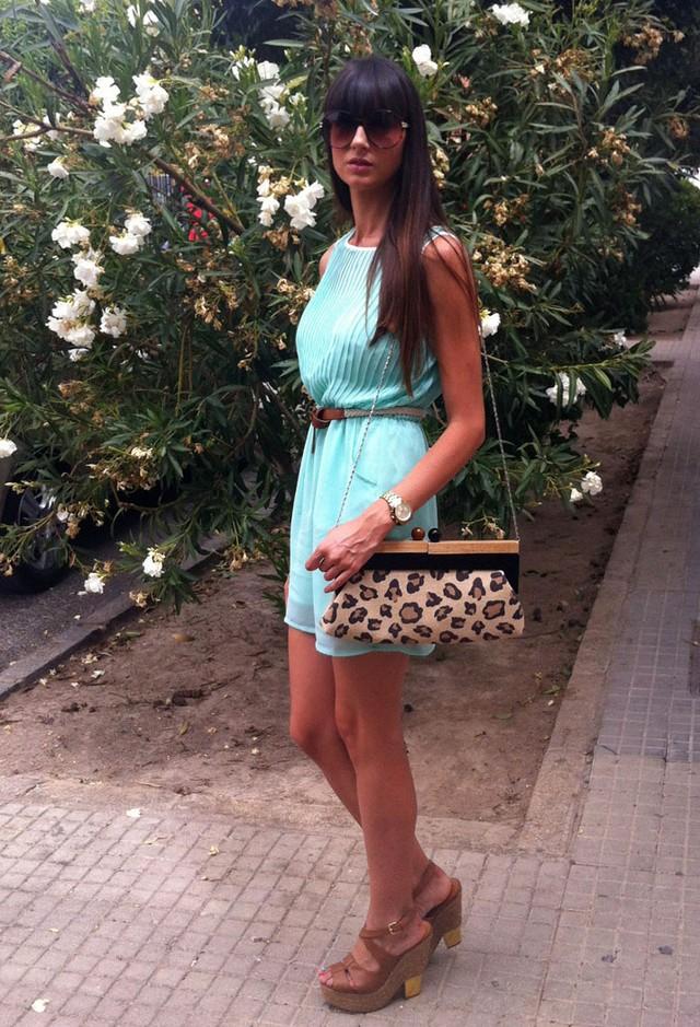 Бирюзовое платье и леопардовый клатч