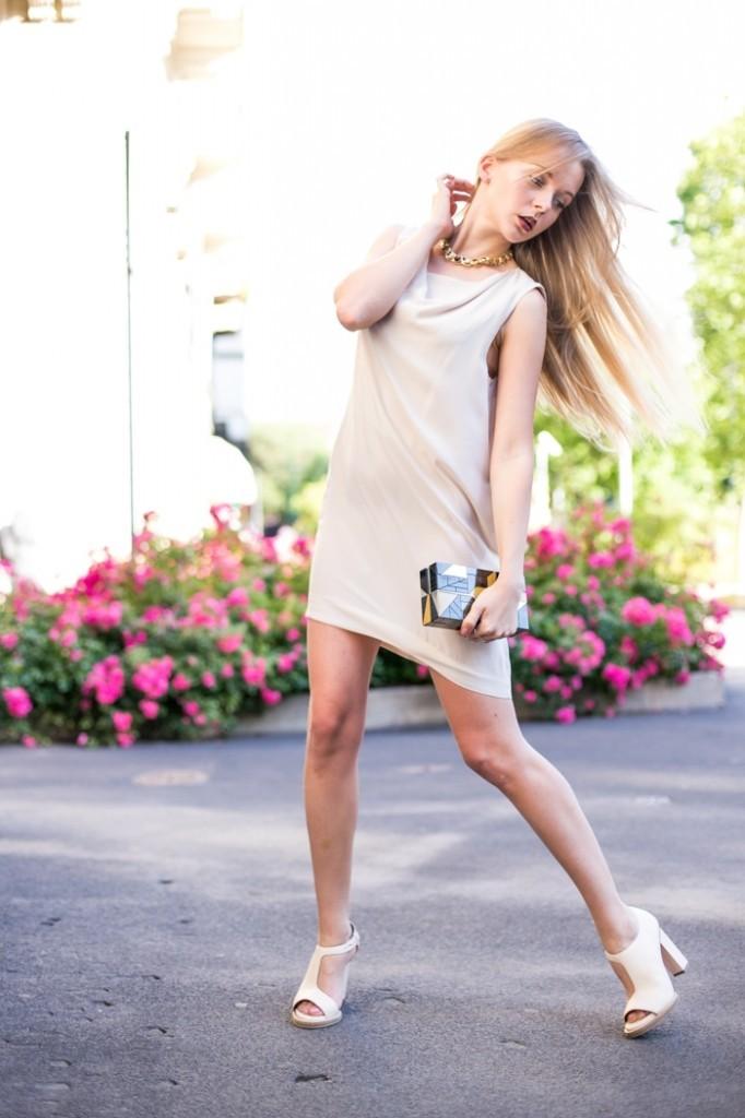 Девушка в светлом платье