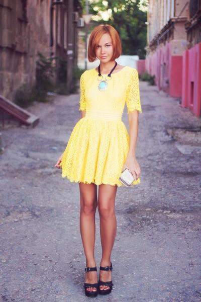 Светлое платье насыщенного желтого цвета