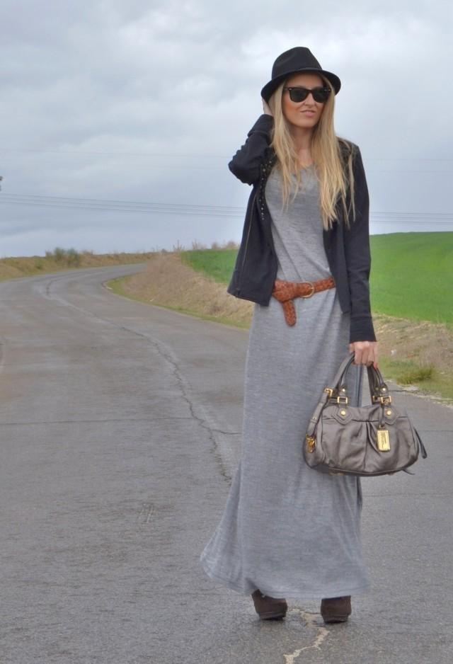 Девушка в длинном трикотажном платье и шляпе
