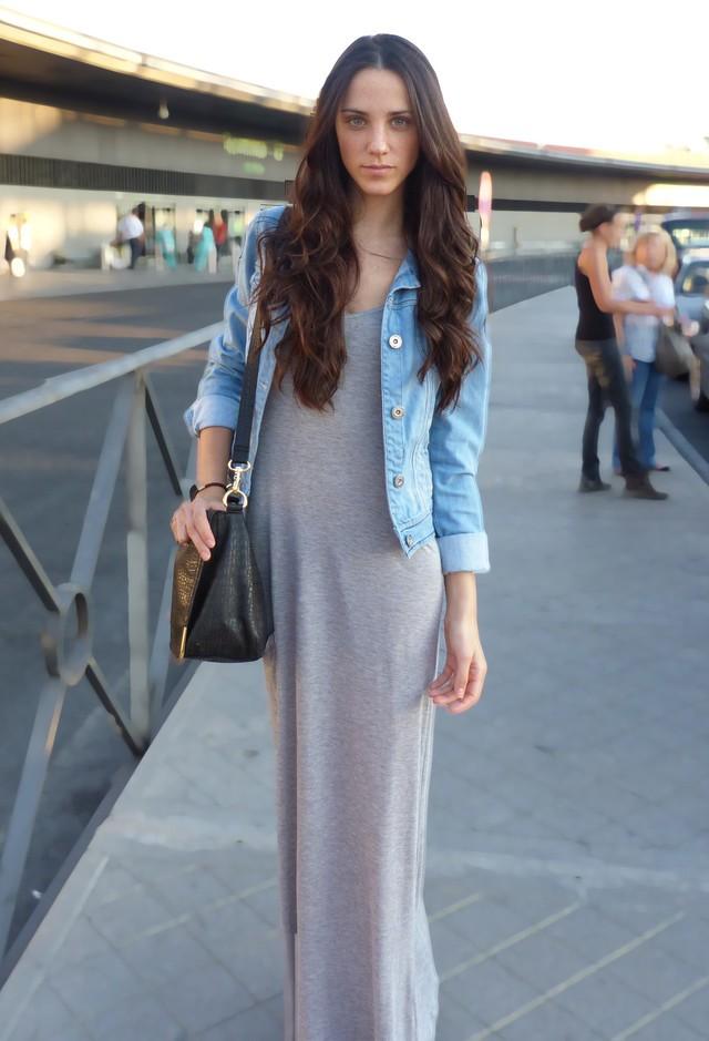 Светлое платье-макси и голубая джинсовая куртка