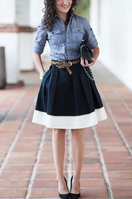 Пышная юбка в сочетании с леопардовым ремешком и джинсовой рубашкой