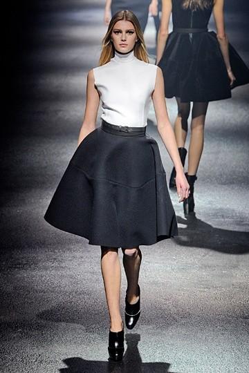 Черная миди-юбка-колокол и белый топ
