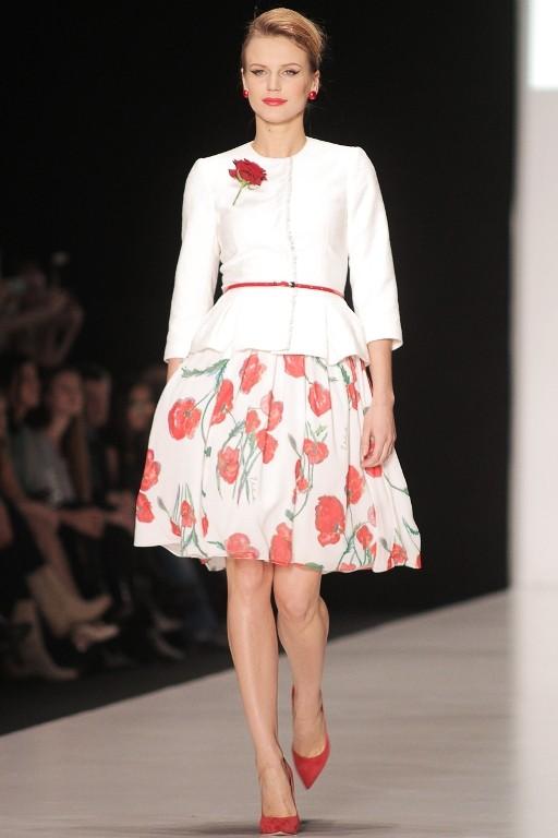 Юбка-колокол с цветочным принтом и белый жакет