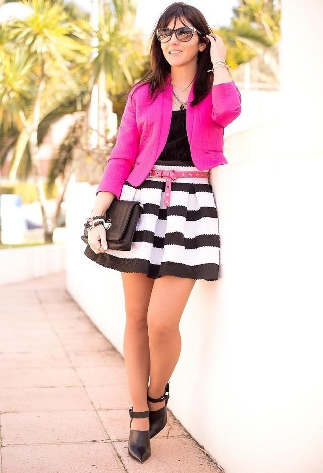Черно-белая юбка и ярко розовый жакет