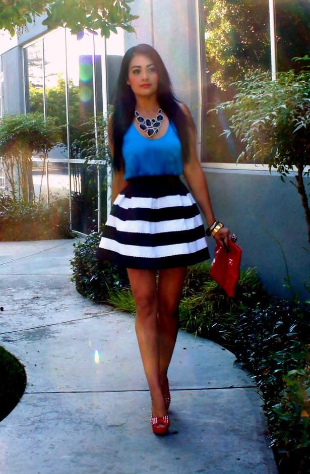 Полосатая юбка и синий топ