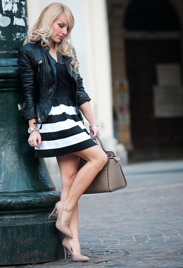 Образ с полосатой юбкой-колоколом и черной кожаной курткой-косухой
