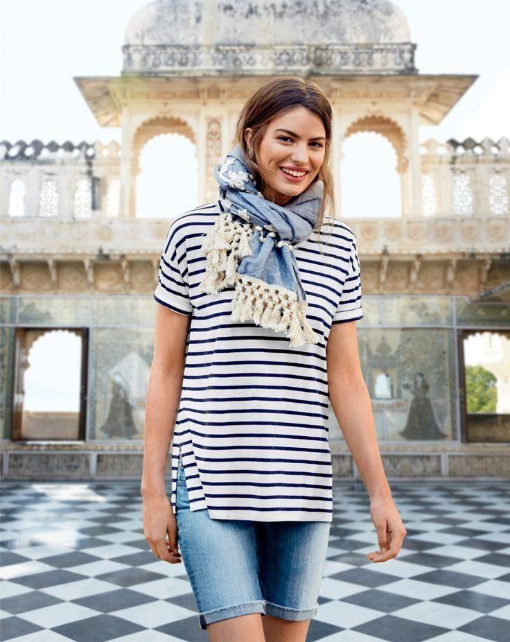 модные блоггеры носят удлиненные шорты с тельняшкой и шарфом