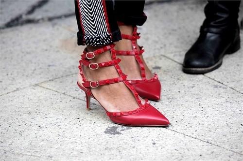 фото красных туфель с острым носом
