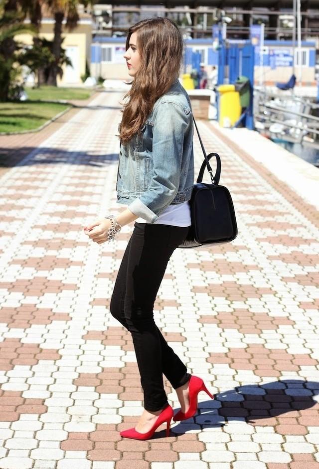 Джинсовая куртка и красные туфли
