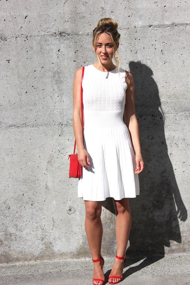 носить красные босоножки можно с белым платьем и красной сумочкой