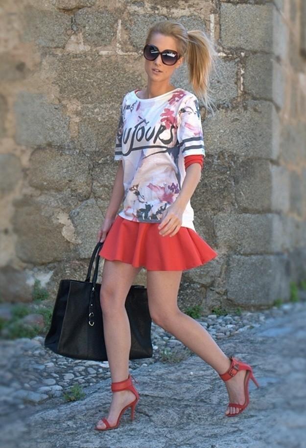 сочетание одежды с красными босоножками