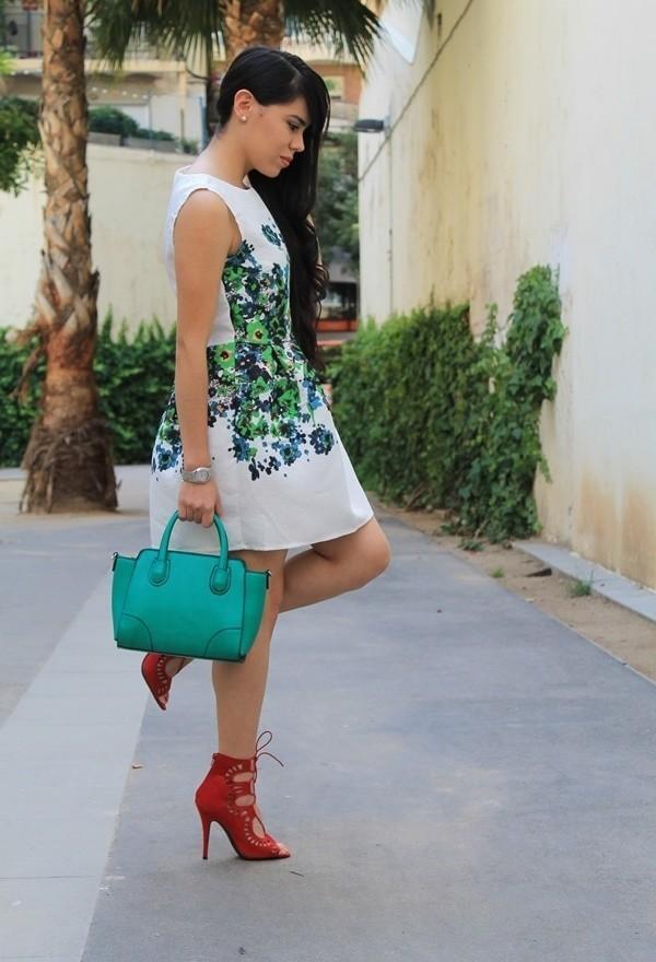 Красные туфли с зеленой сумкой и белым платьем с принтом