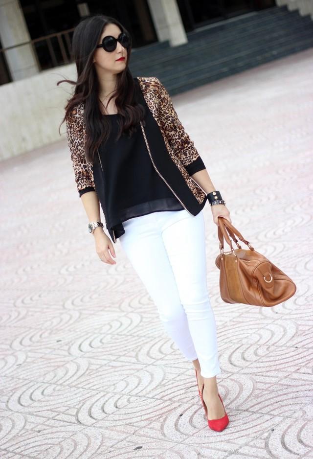 леопардовый жакет белые брюки и красные туфли