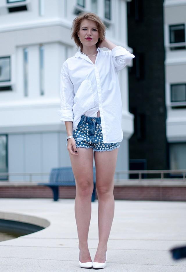 Белая блузка и джинсовые шорты