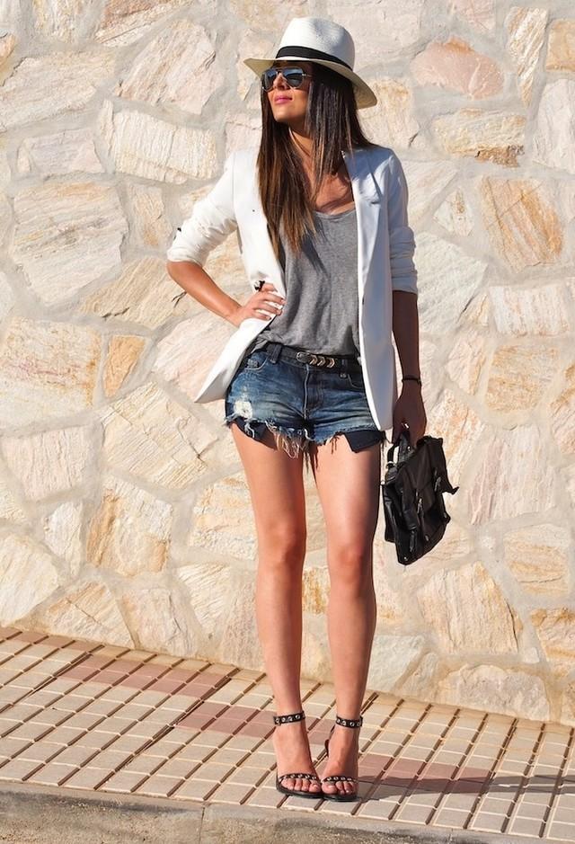 сочетание джинсовых шорт с белым пиджаком, каблуками и шляпкой