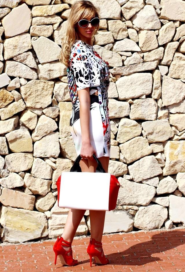 модницы носят красные туфли с белой сумкой и платьем с рисунком