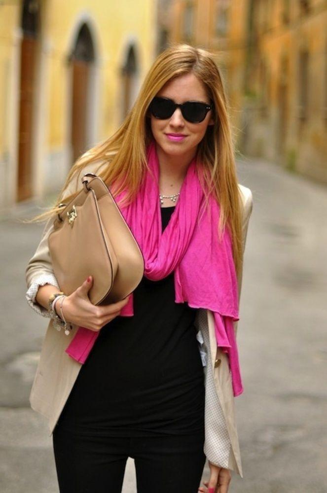 ярко розовый шарф в стильном образе