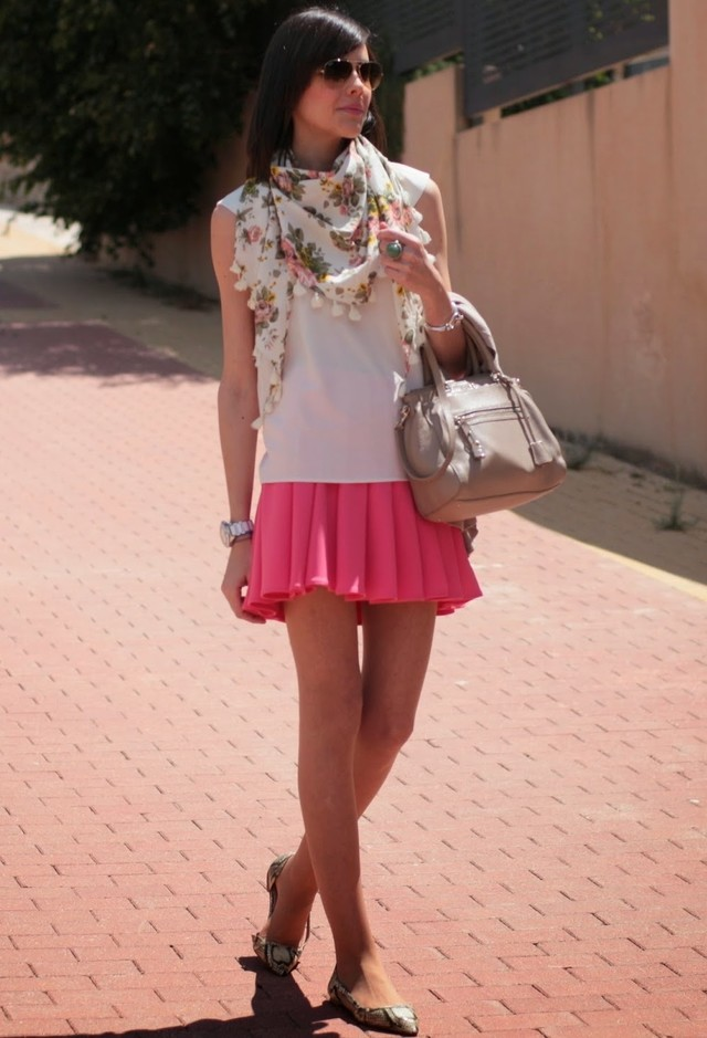 легкий шарф с белым топом и розовой юбкой на лето