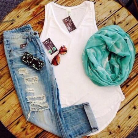Зеденый шарф белая майка и джинсы - мода