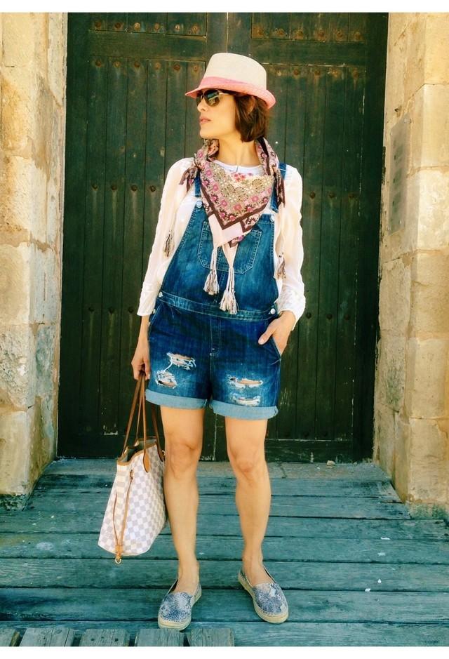летний модный образ с шляпой и шейным платком