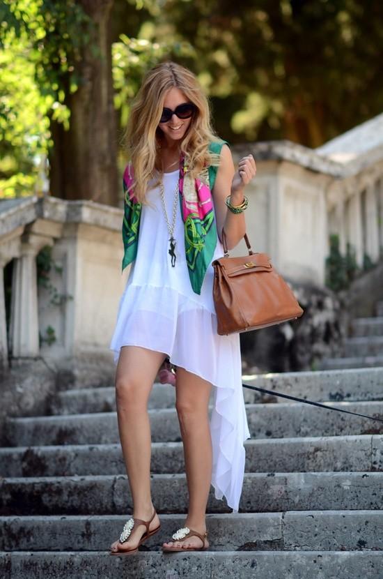 как сочетать белое платье и шелковый шарф летом