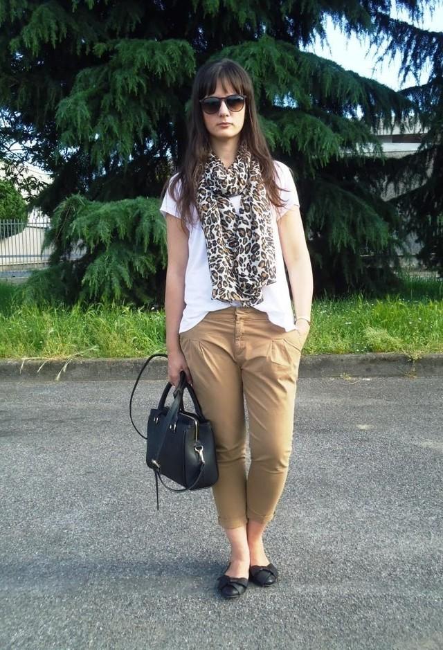 леопардовый шарф белый топ и бежевые брюки