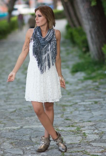 Модный образ с платьем и шарфом на лето