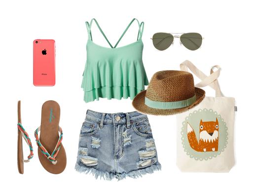 Свободная короткая майка зеленого цвета и джинсовые шорты отличны вариант для пляжа
