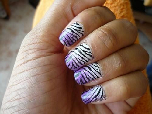 градиентный тигровый маникюр - фиолетово белый