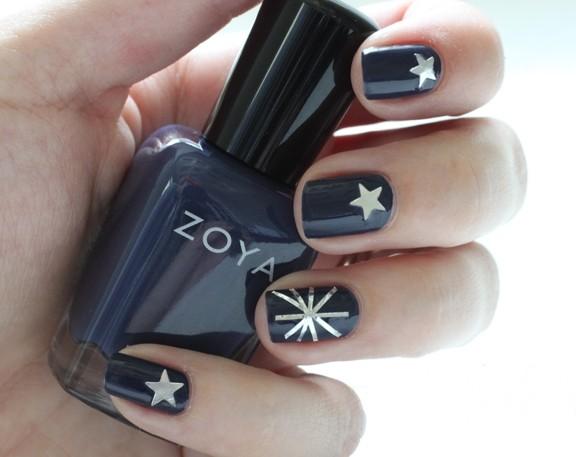 черные ногти со звездами на новый год