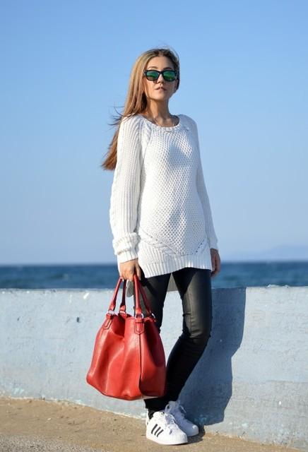 длинный белый свитер с кедами
