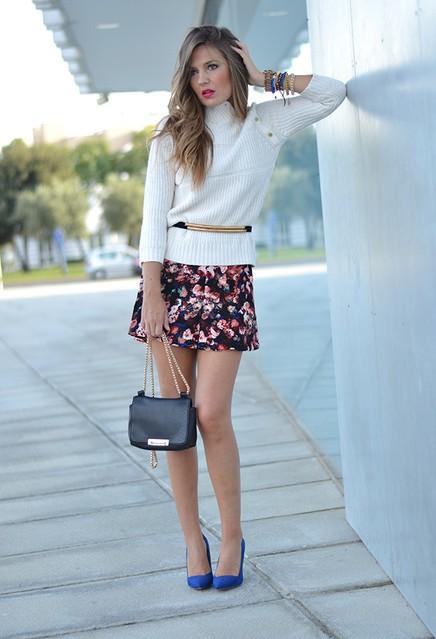 белый свитер и яркая юбка