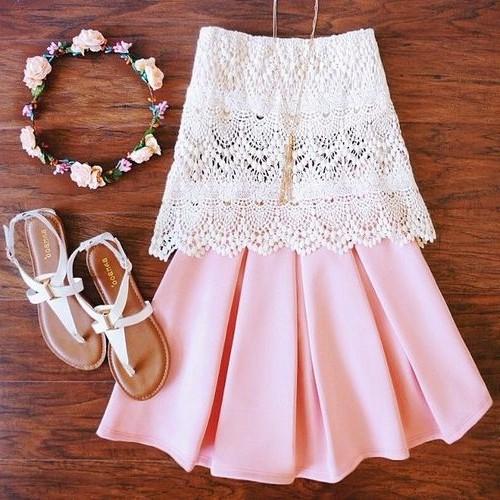 летний образ с босоножками кружевной топ и нежно розовая юбка