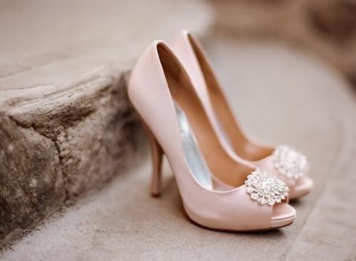 светло розовые туфли на каблуках с открытым носком