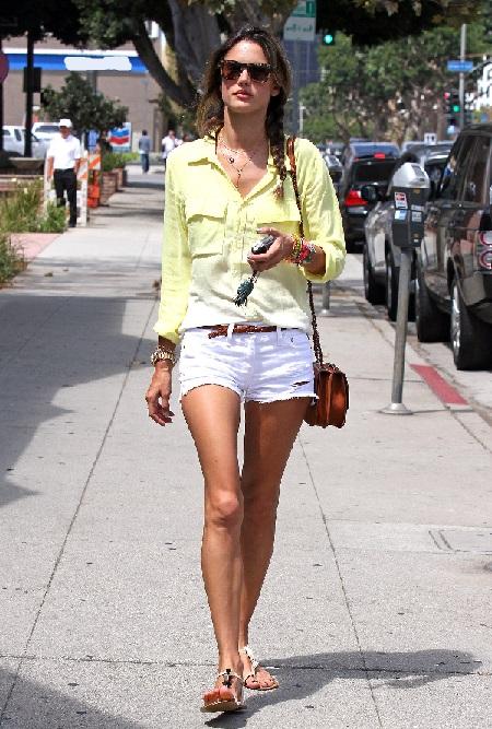с чем модно носить белые шорты