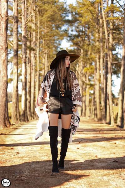 черные шорты с ботфортами и шляпой