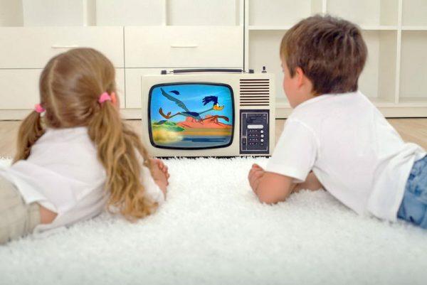 Deti smotryat televizor
